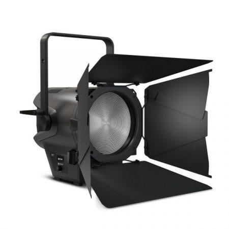Cameo Light LED színházi spotlámpa Fresnel lencsével – Tungsten (volfrám) fényű 240 W-os LED, 3200 K színhőmérséklettel és 14000 lumen fényárammal, zoommal, fekete házban